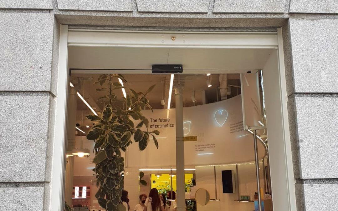 Instalación del cierre automático en la nueva tienda de Freshly Cosmetics